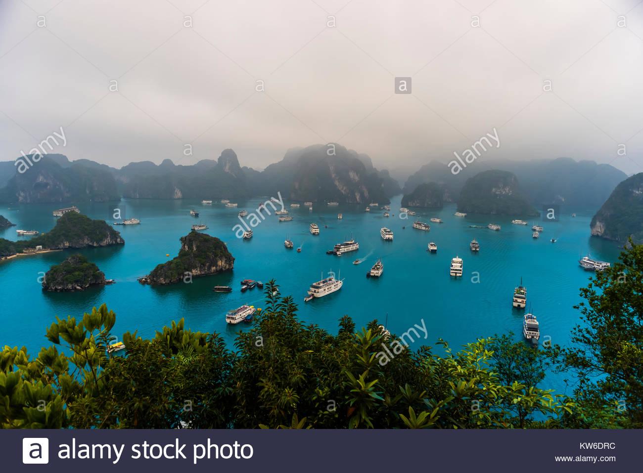 Hohe Betrachtungswinkel der Halong Bucht von Ti Top Island, North Vietnam, gefüllt mit Ausflugsbooten. Die Stockbild