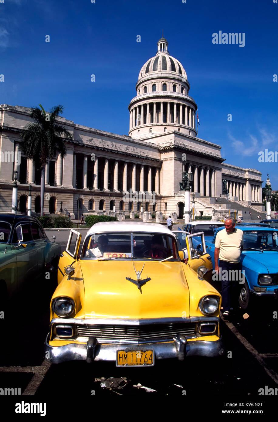 Oldtimer vor Capitolio, Havanna, Kuba Stockbild