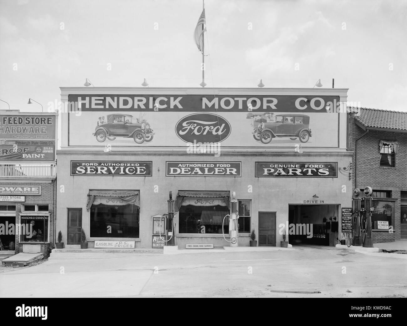 Hendrick Motor Co. in Washington, D.C. in den 1920er Jahren. Sie werben als autorisierter Ford Händler, dass Stockbild