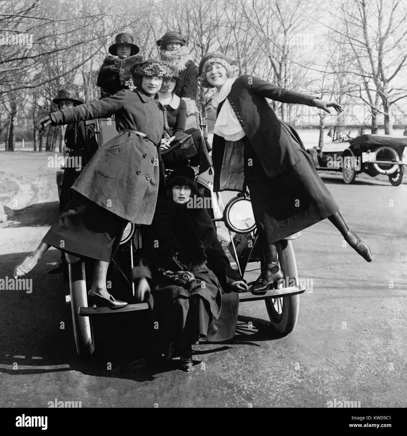 Greenwich Village Mädchen, eine Unterhaltung troupe, Pose, auf ein Auto für Lanza Motor Car Company. Washington, Stockbild