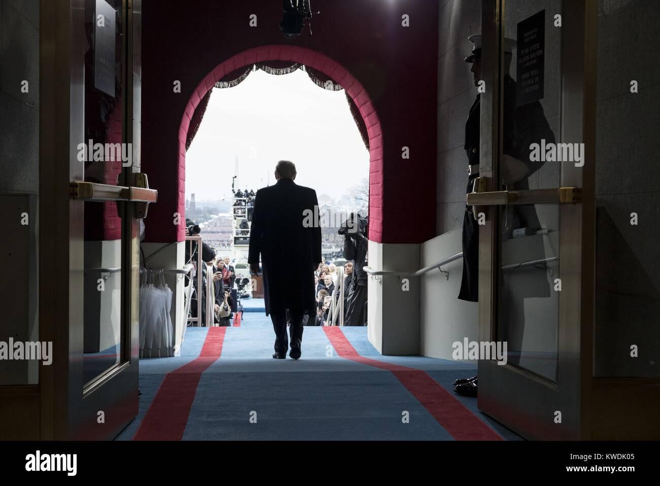 Rückansicht des Präsident elect Donald Trump zu Fuß zu seiner ersten Vereidigung. Jan. 19, 2017 (BSLOC Stockbild