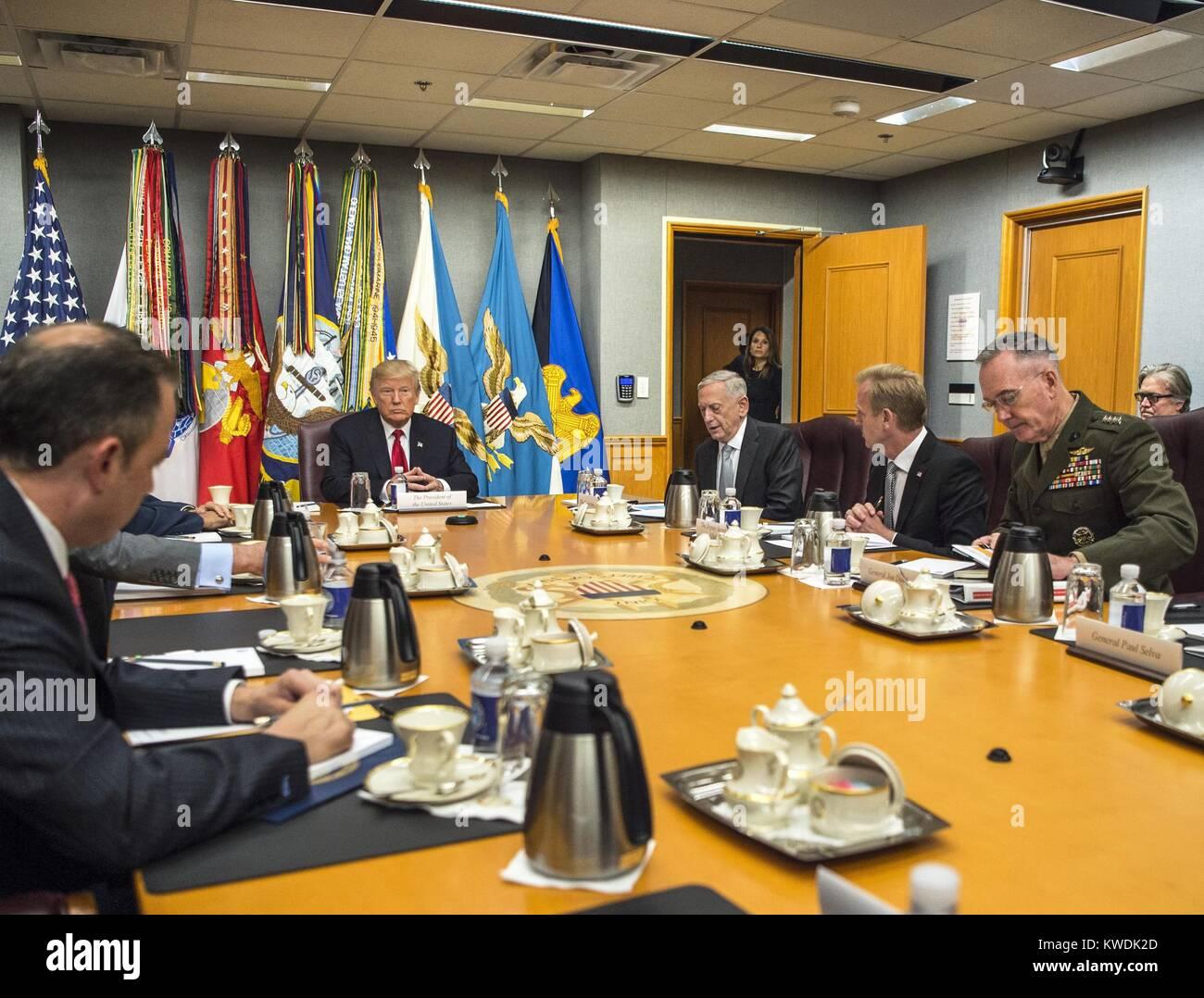 Präsident Donald Trump trifft sich mit den Nationalen Sicherheitsrat im Pentagon, 20. Juli 2017 (BSLOC_2017 Stockbild
