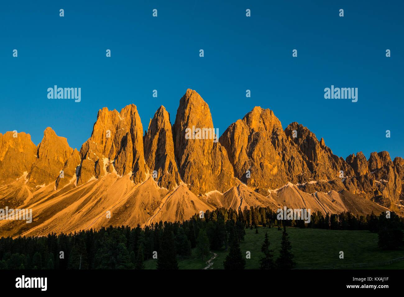 Sonnenuntergang, glühende Geislerspitzen, Villnösstal, Sass Rigais, Dolomiten, Südtirol, Italien Stockbild