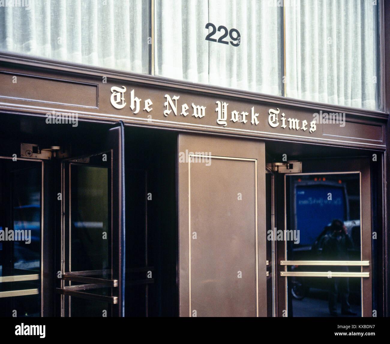 Mai 1982, New York, der New York Times Eingang, 229 West 43rd Street, Drehtüren, Manhattan, New York City, Stockbild