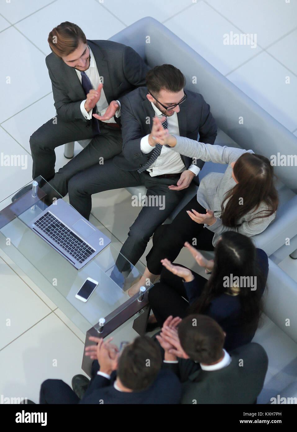 Manager lächelnd mit einem Laptop und sein Business Team. Stockbild