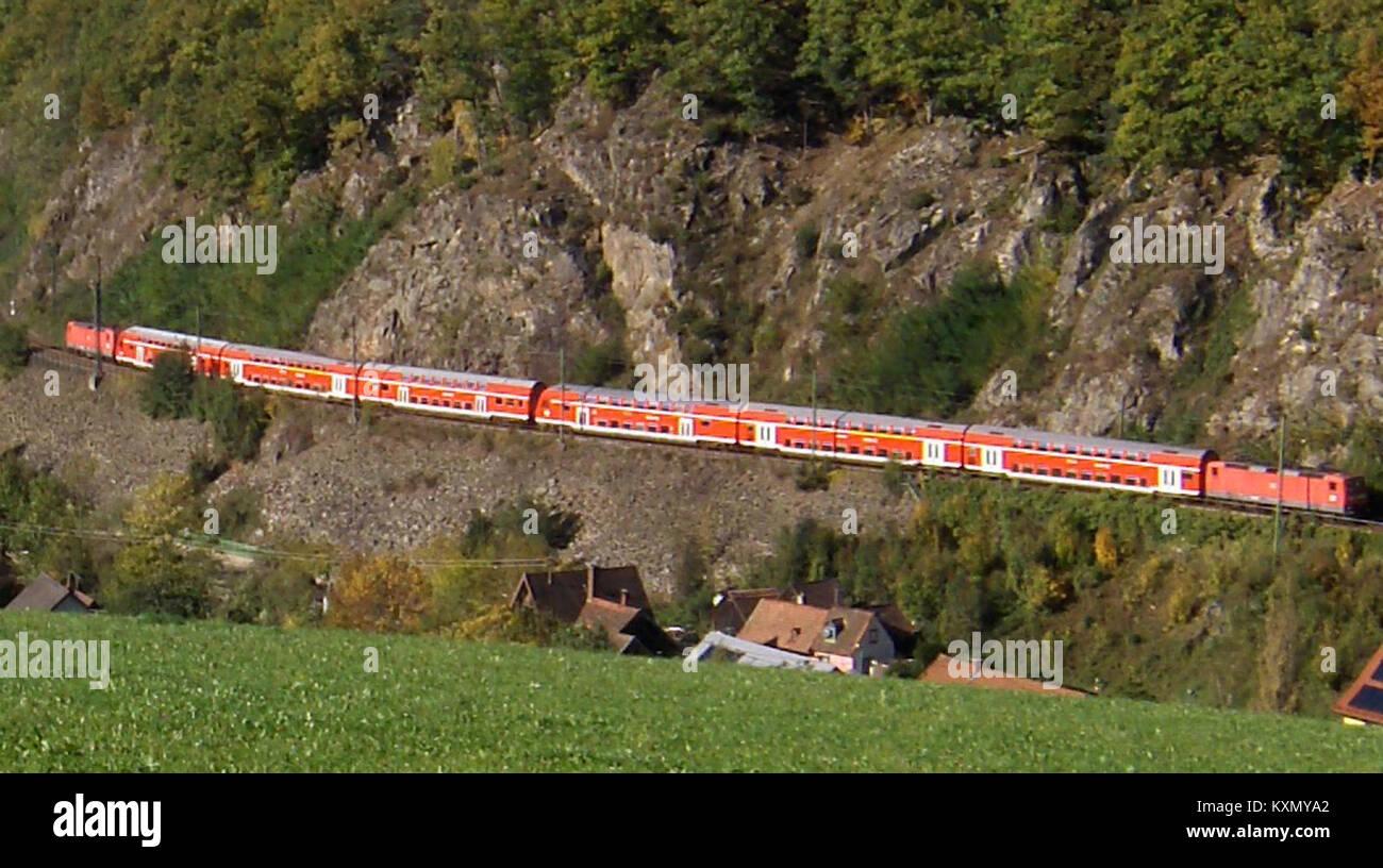 Blick in Falkensteig mit einem Doppelstockzug der Höllentalbahn (7/8) Stockbild
