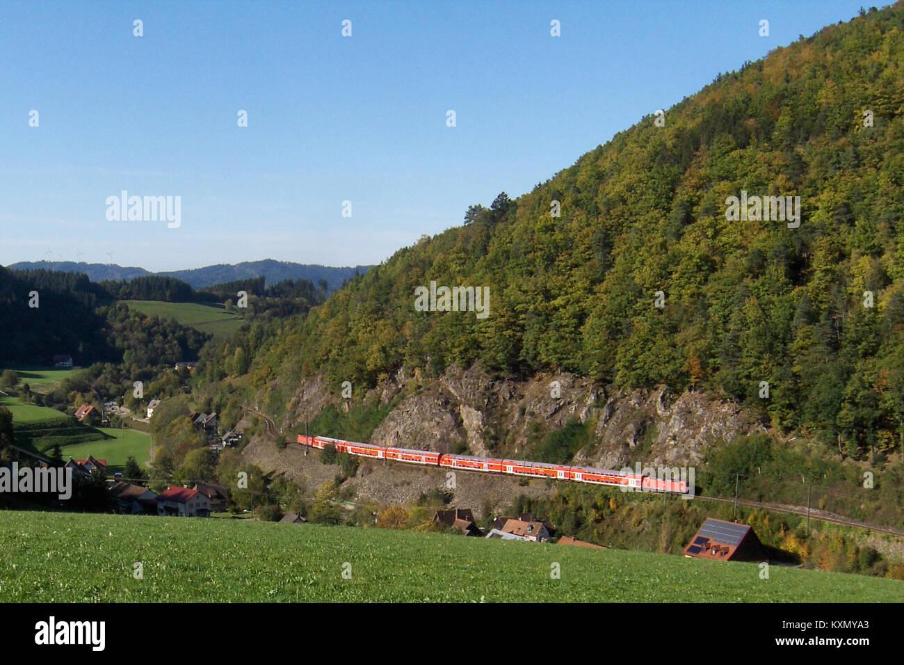 Blick in Falkensteig mit einem Doppelstockzug der Höllentalbahn Stockbild