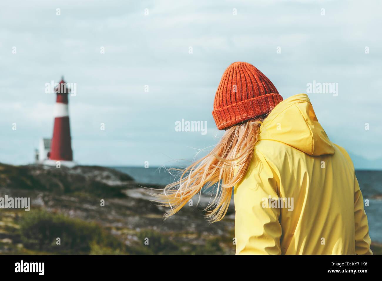 Traveler girl Wandern in Norwegen Leuchtturm Meer Landschaft Reisen Lifestyle Konzept Abenteuer skandinavischen Stockbild