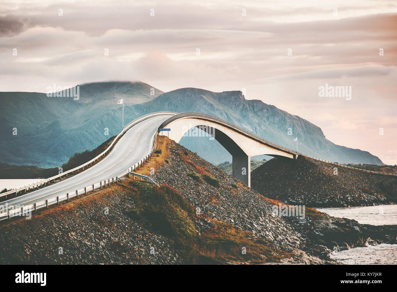 Atlantic Road in Norwegen Storseisundet Brücke über den Ozean skandinavische reisen Sehenswürdigkeiten Stockbild