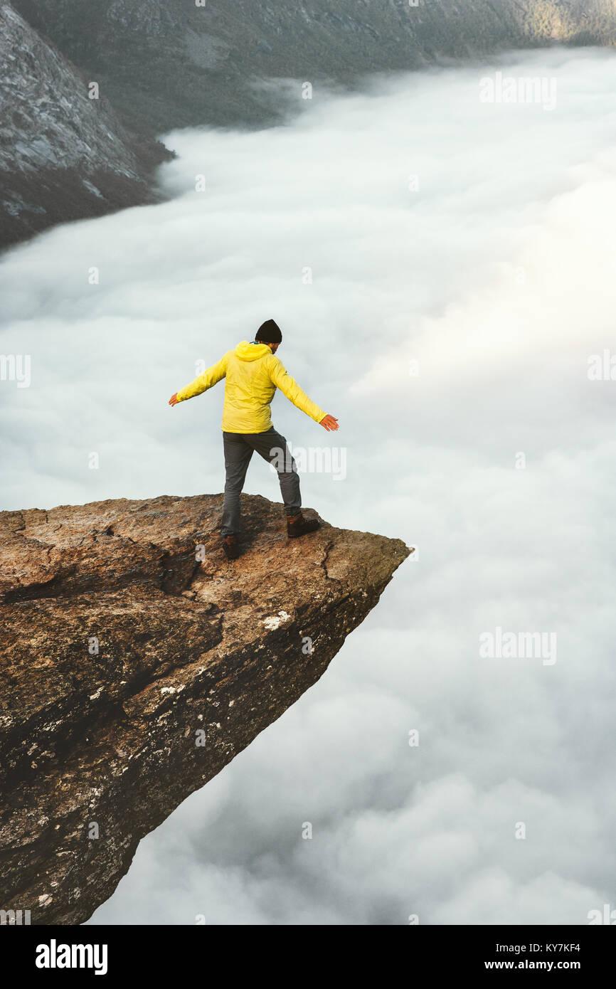 Man Touristen auf Trolltunga felsigen Klippe berge Reisen Lifestyle Abenteuer emotionale Konzept Fernweh Ferien Stockbild