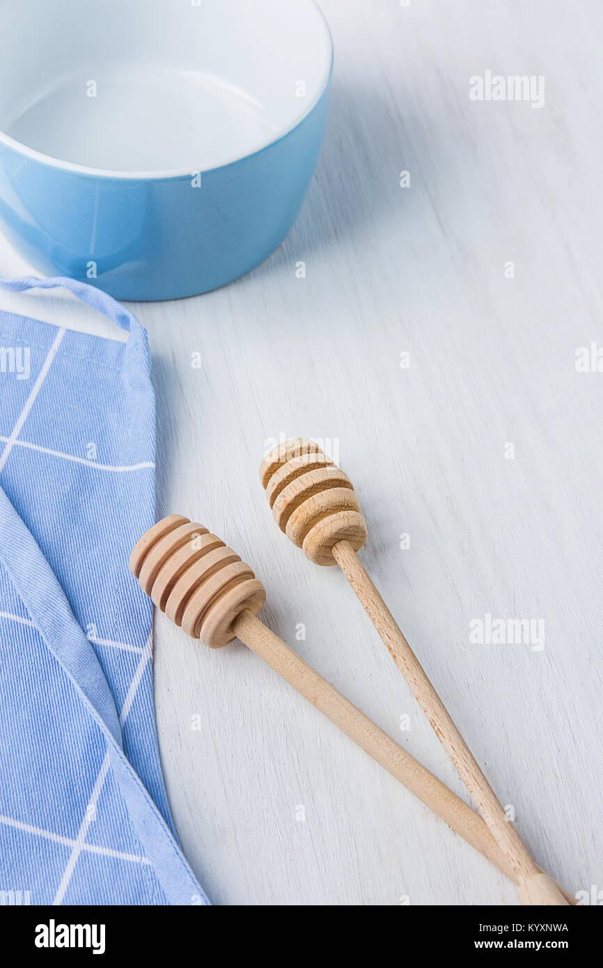 Blaue Leere Schale Holz  Honig Schöpflöffel Löffel Baumwolle Schürze Auf  Weißer Tisch. Urlaub Backen Kochen Konzept. Weihnachten Ostern.  Skandinavische ...