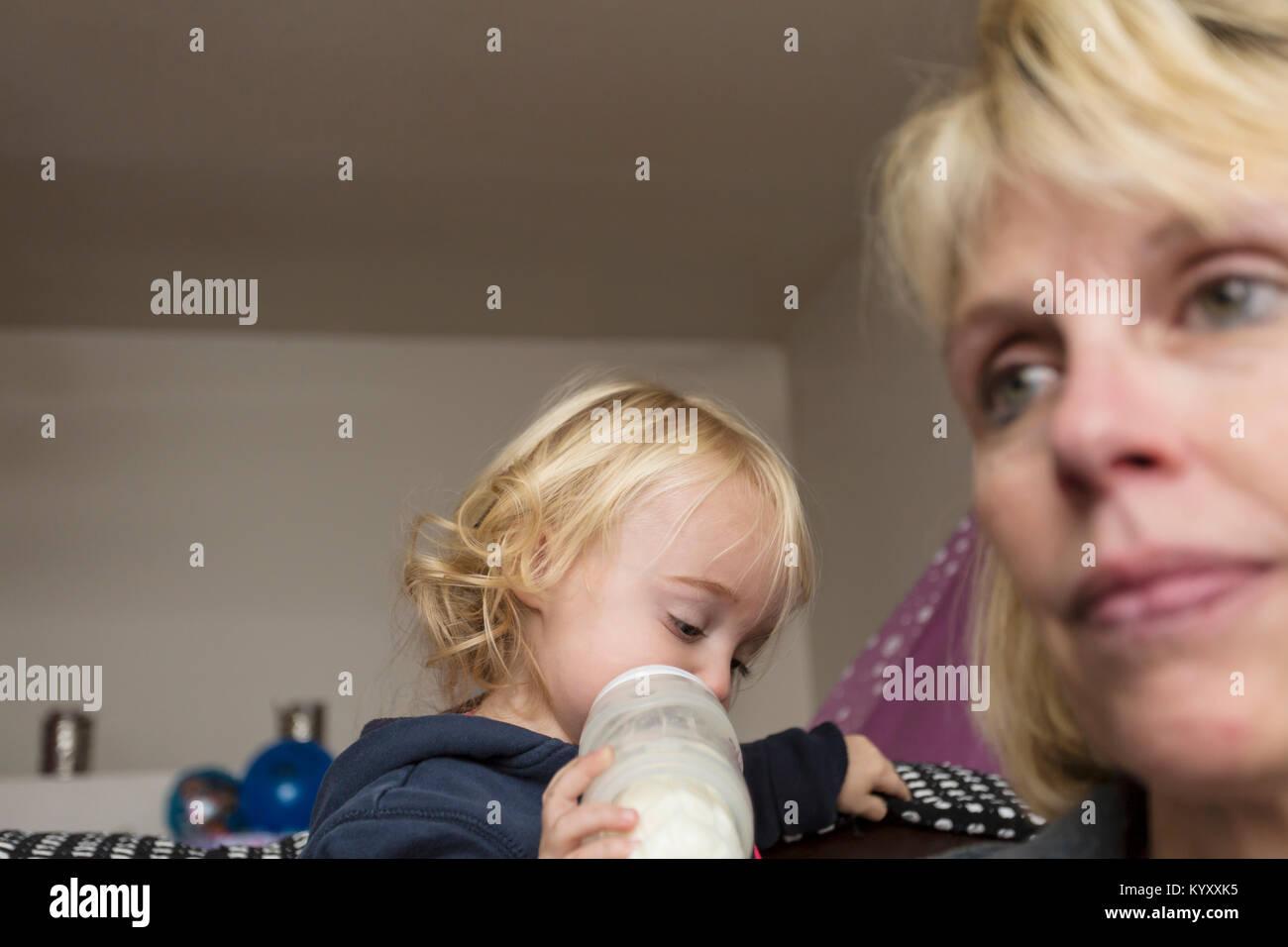 Depressiven Mutter mit 2 Jahre alten Kind Stockbild