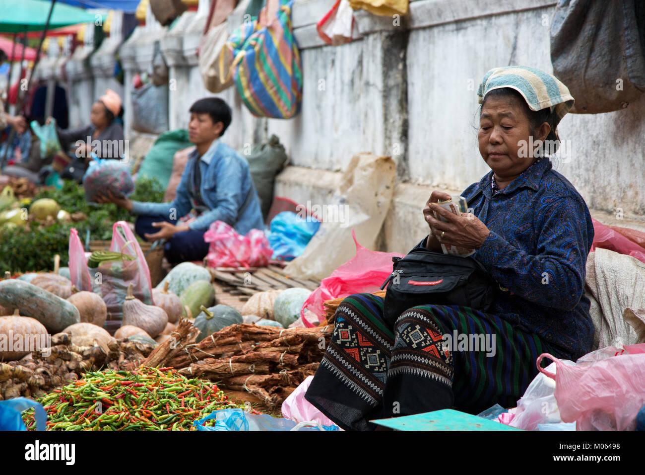 Morgen Markt in der UNESCO-Heritige Stadt Luang Prabang, Laos Stockbild