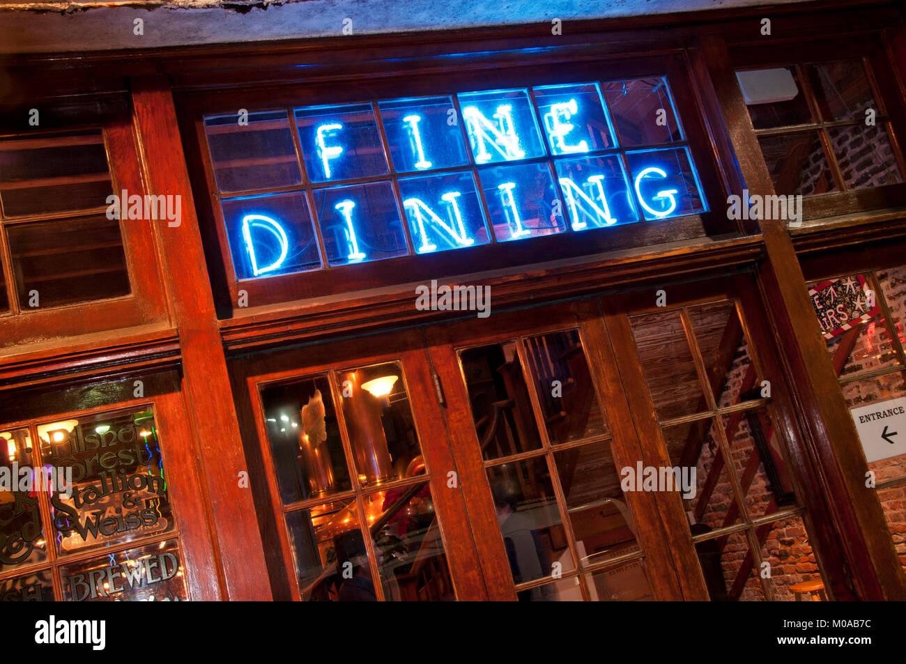 Neon Fine Dining Zeichen Stockbild