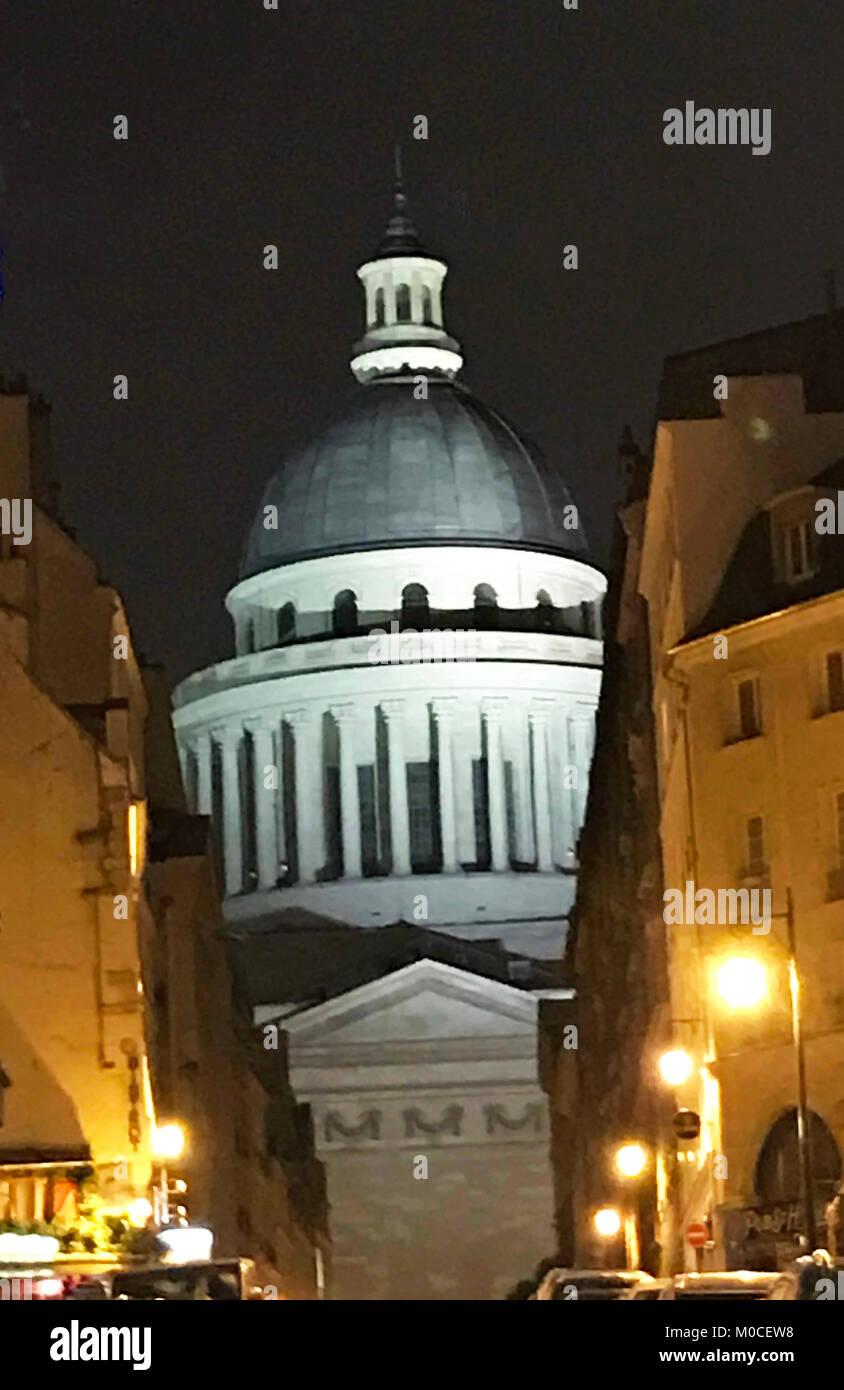 Dieses Bild des Pantheon in der Nacht in Paris wurde im Dezember 2017 aufgenommen. Der Pantheon ist im Quartier Stockbild