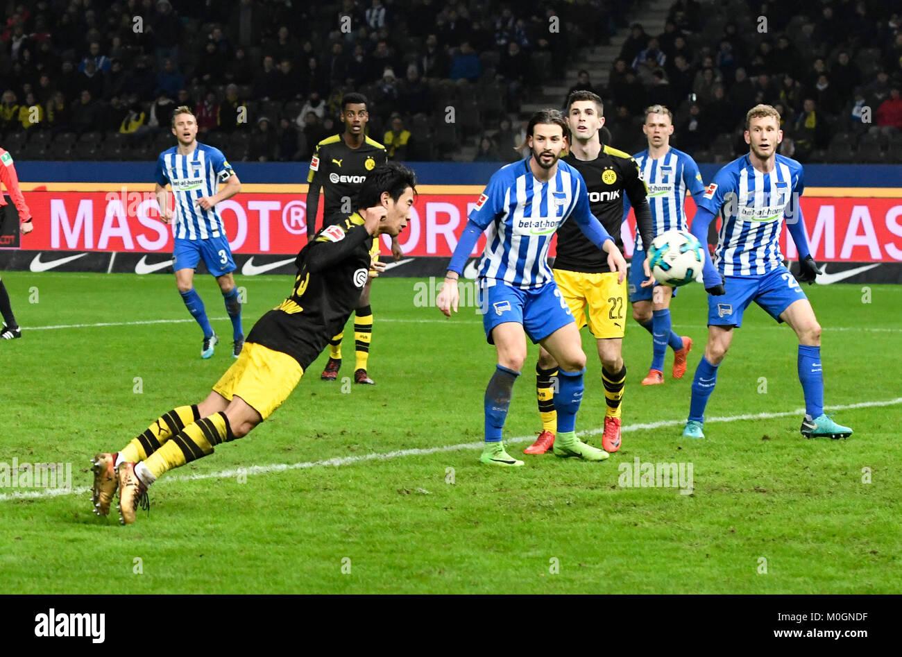 Berlin, Deutschland. 19 Jan, 2018. Shinji KAGAWA (DO, vo. li.) erzielt per Kopfball das Tor zum 1:1, Erfolg, Treffer, Stockbild