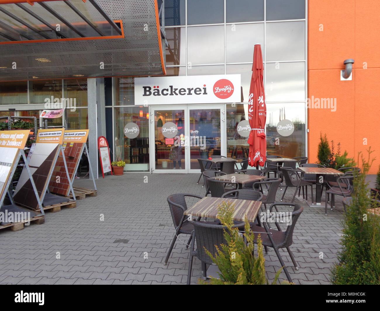 Bäckerei Dreissig bei OBI in Berlin-Treptow Stockbild