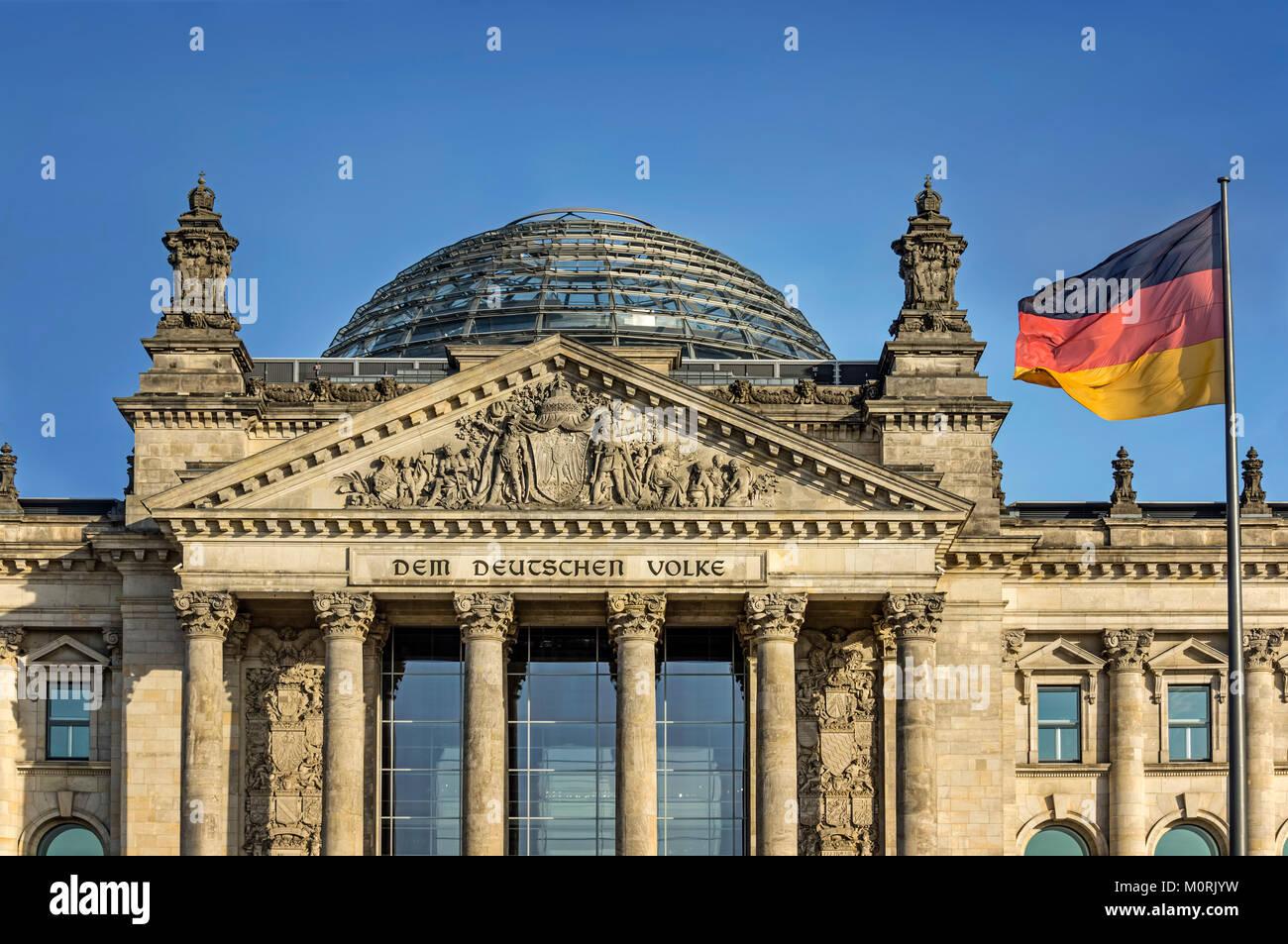 Der Reichstag, der Deutschen Nationalflagge, Berlin, Deutschland Stockbild