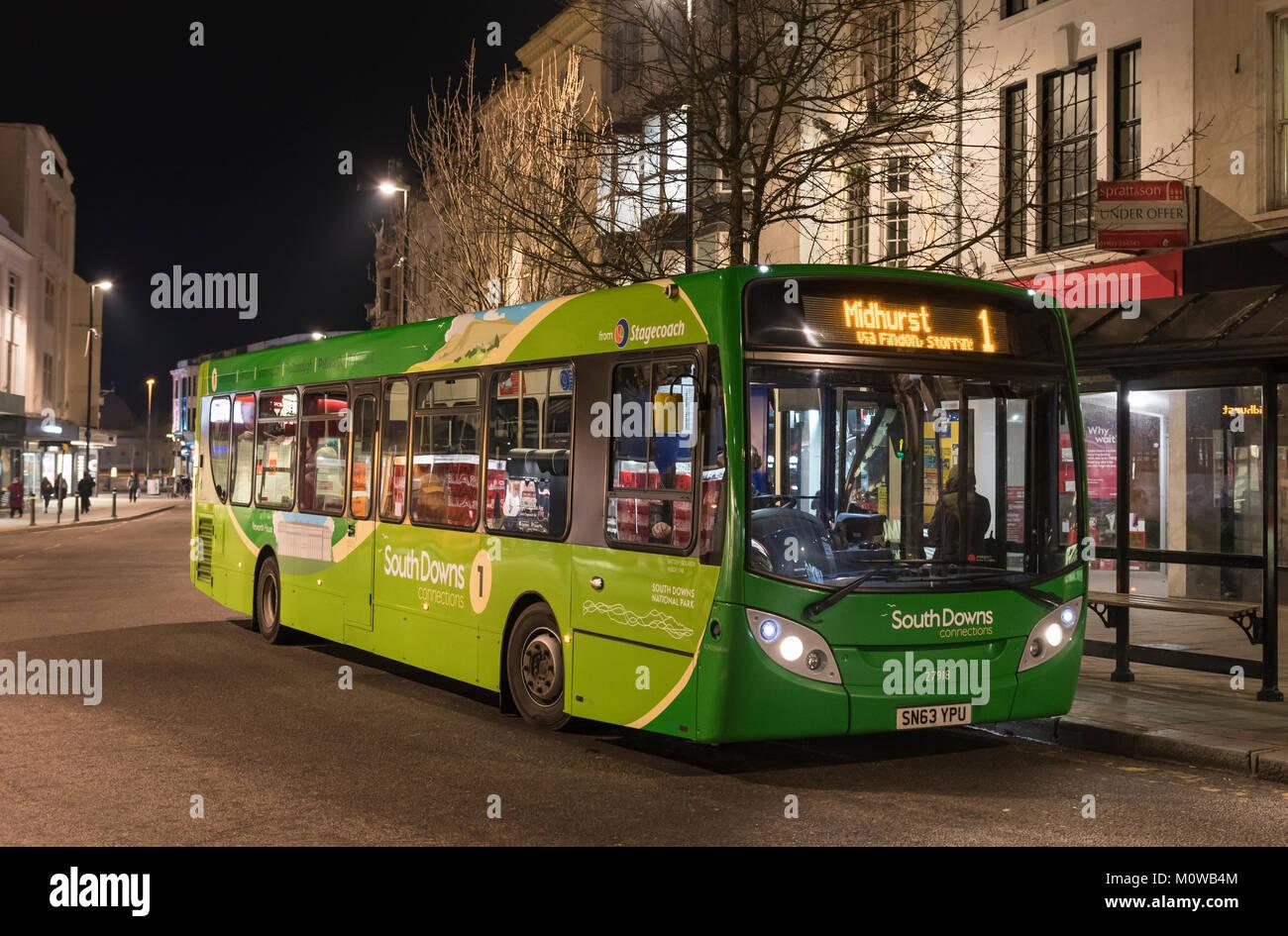 Stagecoach South Downs Verbindungen Nr. 1 Bus nach Midhurst nach Einbruch der Dunkelheit im Winter in Worthing, Stockbild