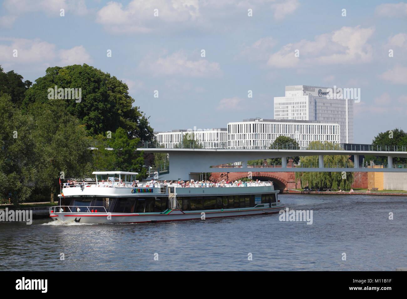 Schiff auf Spree, Klinik der Berliner Charité im Hintergrund, Berlin, Deutschland, Europa ich Ausflugsschiff Stockbild