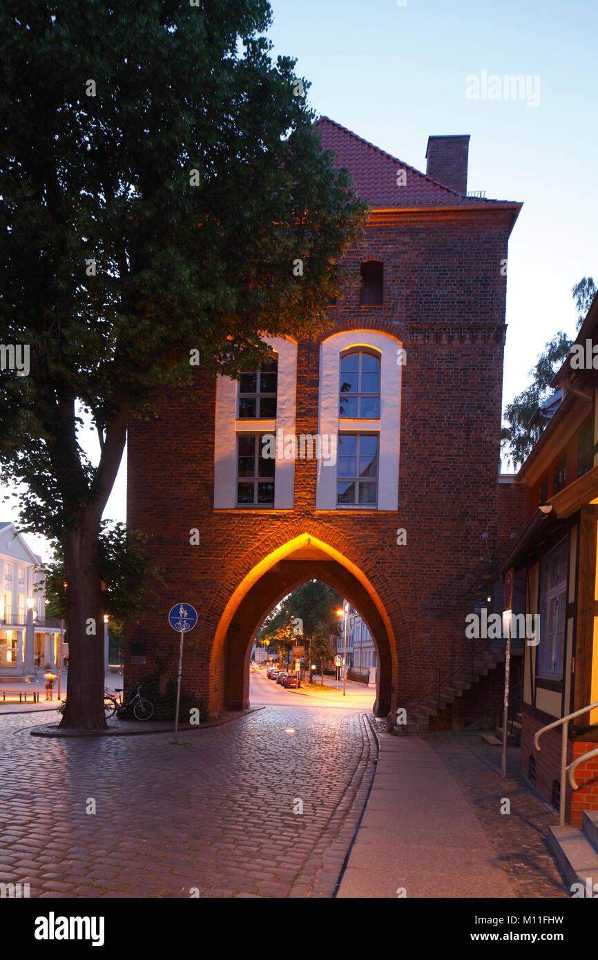Altstadt Tor Kniepertor bei Dämmerung, Stralsund, Mecklenburg-Vorpommern, Deutschland, Europa ich Stadttor Stockbild