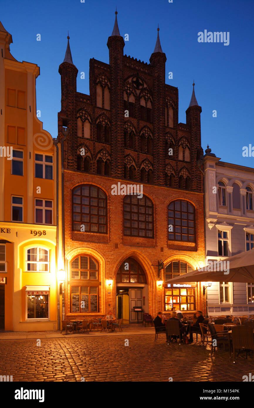 Historische Wulflamhouse auf dem Alten Markt in der Dämmerung, Stralsund, Mecklenburg-Vorpommern, Deutschland, Stockbild