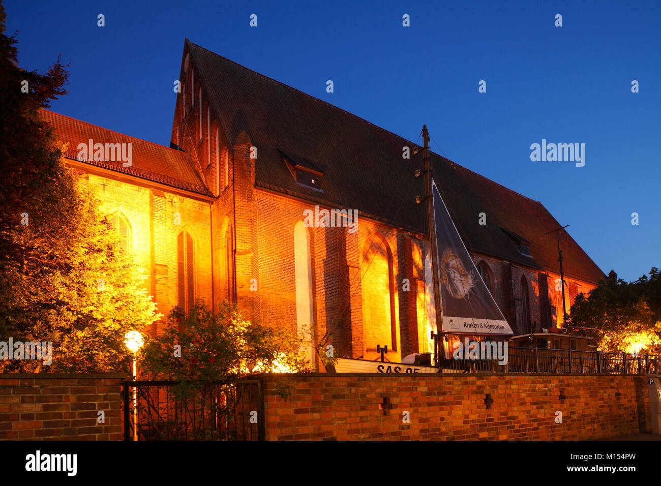 Deutschen meer Museum im ehemaligen Kloster St. Katharina mit der Dämmerung, Altstadt, Stralsund, Mecklenburg Stockbild