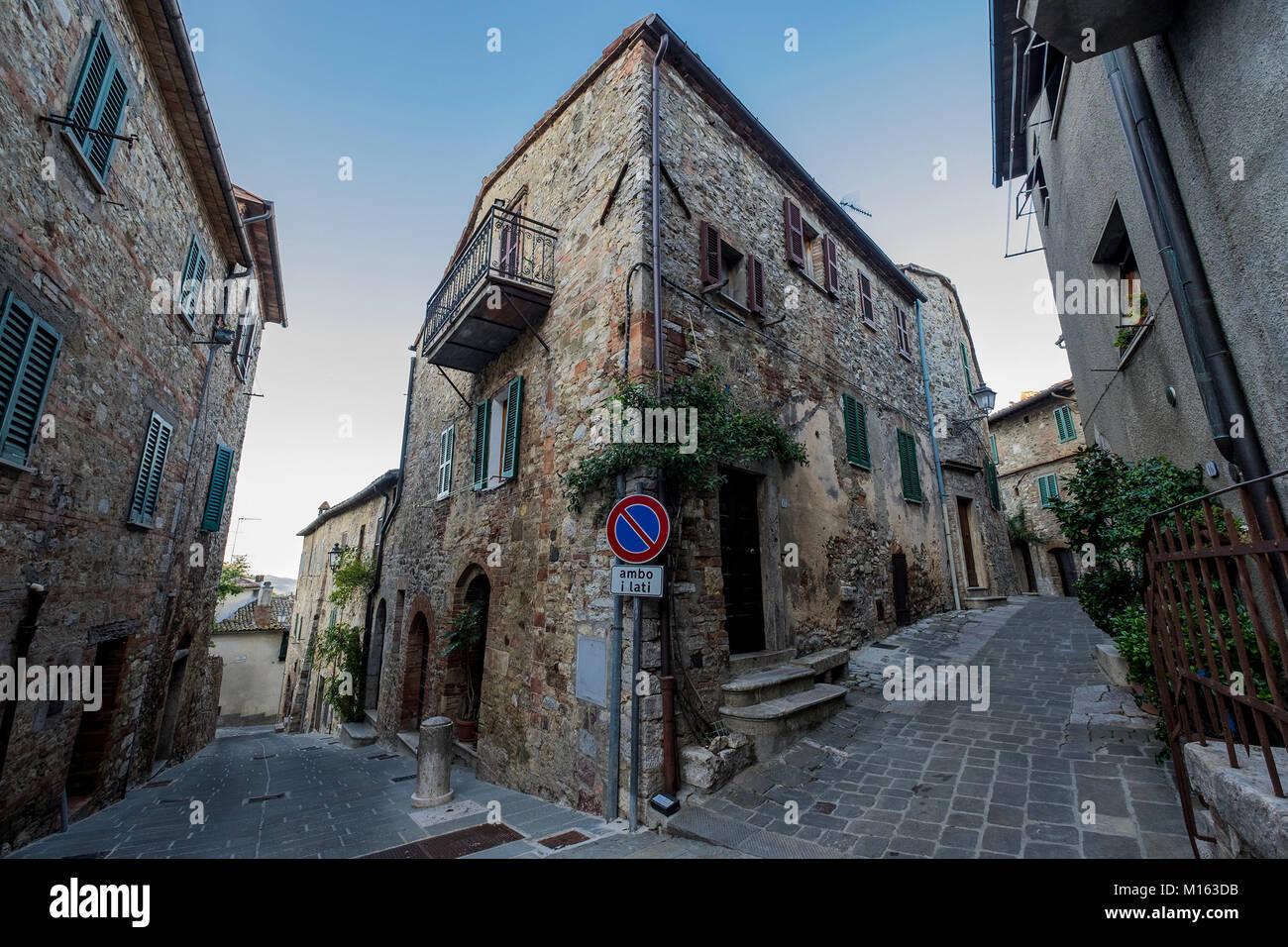 https://c7.alamy.com/compde/m163db/ein-blick-auf-das-dorf-san-casciano-dei-bagni-italien-san-casciano-ist-eine-stadt-in-der-provinz-von-siena-in-der-italienischen-region-toskana-m163db.jpg