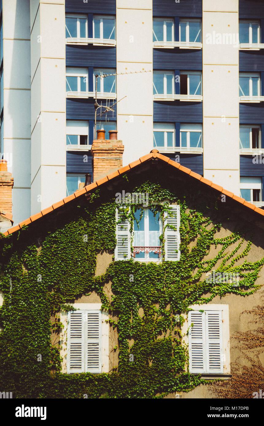 Ein altmodisches Haus vor ein modernes Apartment in Frankreich ...