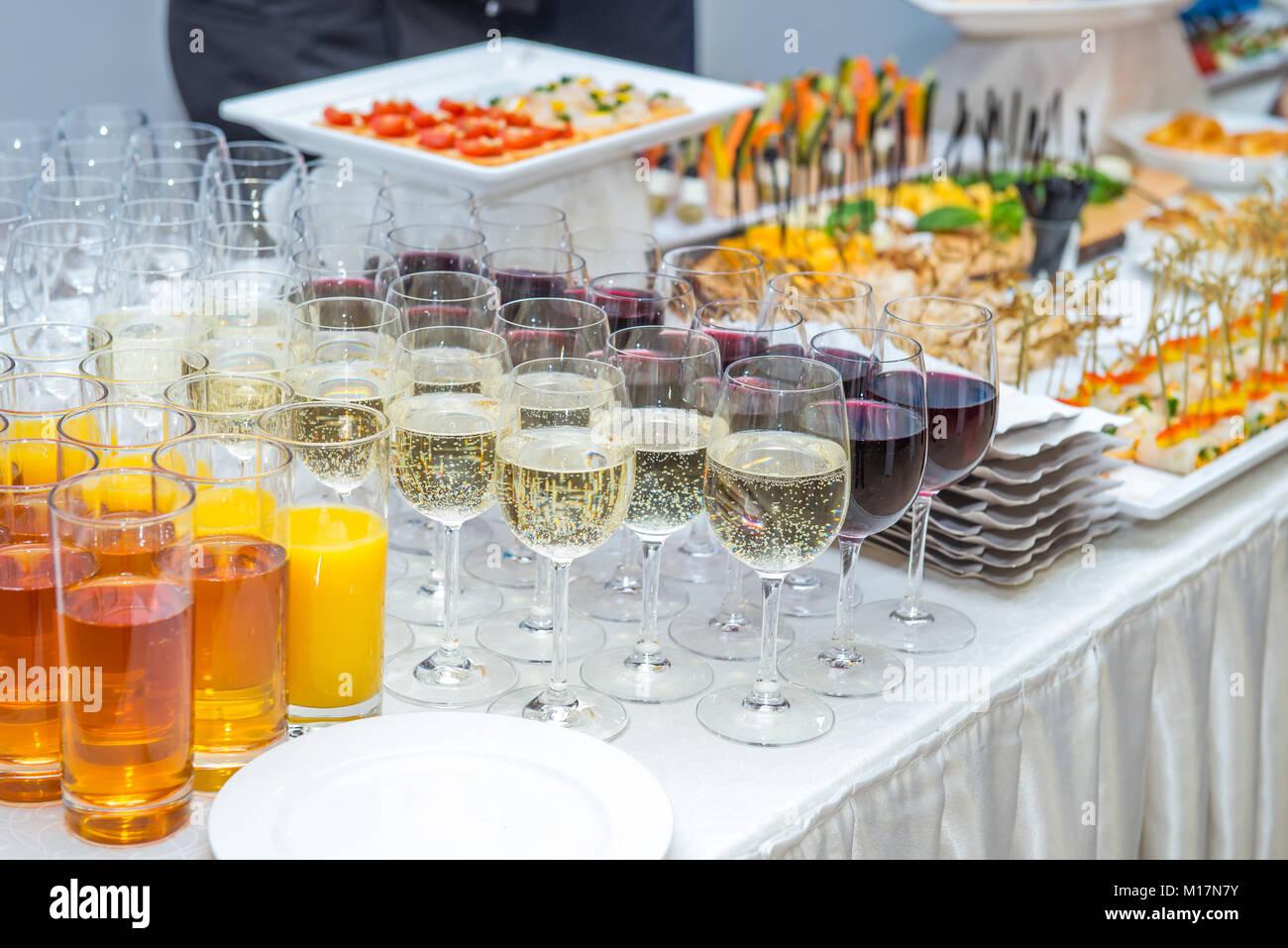 Gastronomie Tisch mit alkoholischen und nicht-alkoholischen Getränke ...