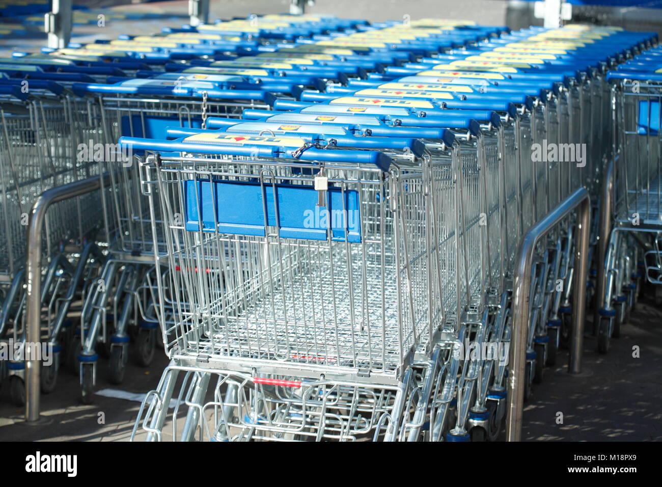 Reihe von Shopping Carts vor Einkaufszentrum, Deutschland, Europa ich Einkaufswagen in einer Reihe vor einem Einkaufszentrum, Stockbild