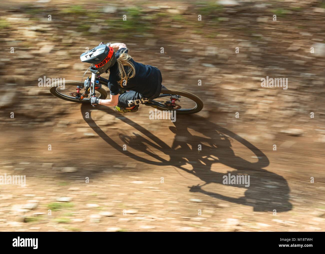 Weibliche Downhill Mountain Biker Stockbild
