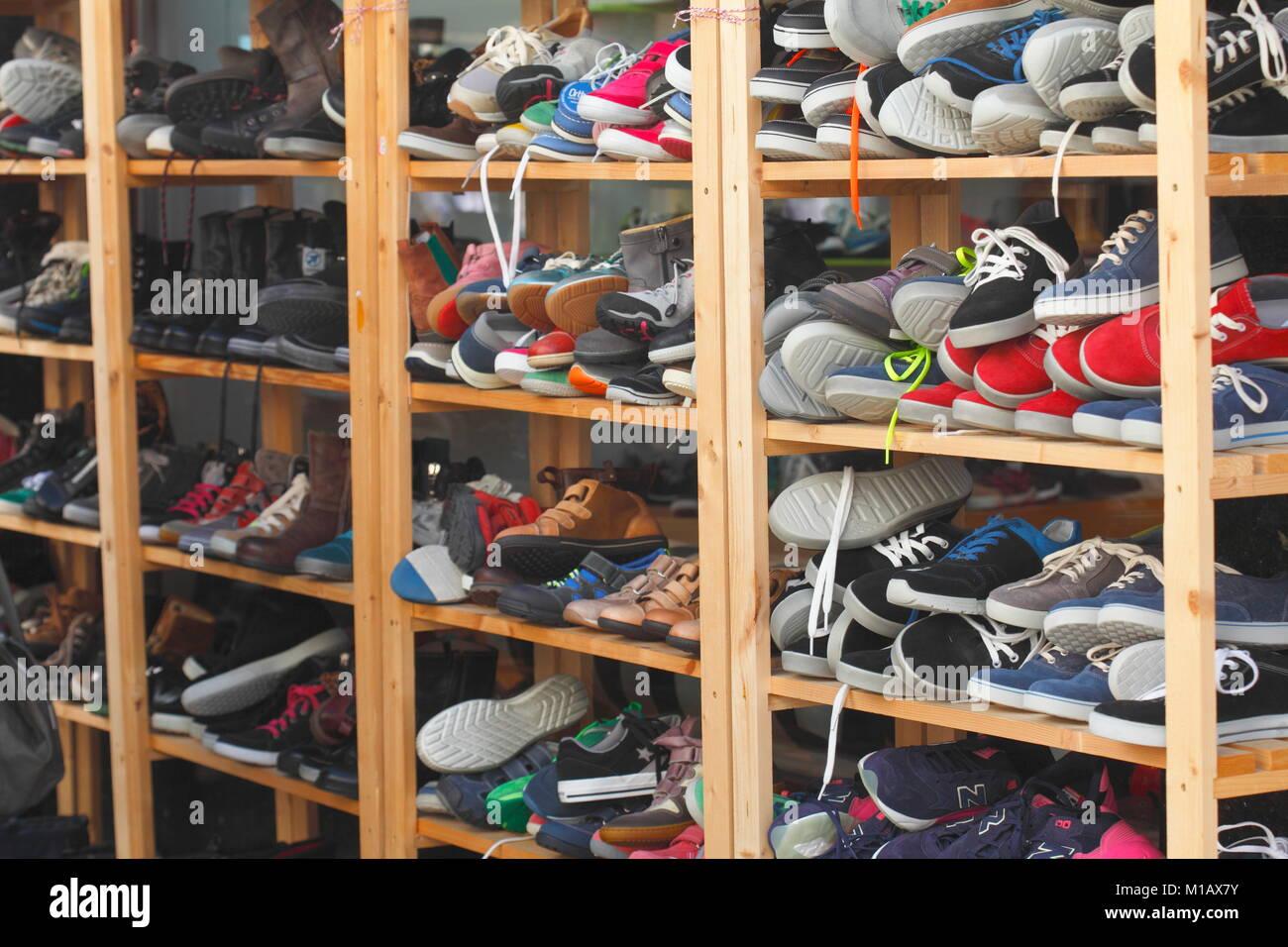 Schuh regal mit Sommer Schuhe vor ein Schuhgeschäft, Oldenburg in Oldenburg, Niedersachsen, Deutschland, Europa Stockbild