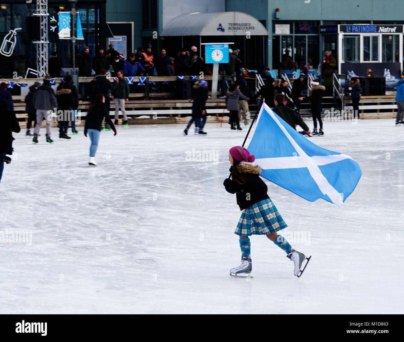 Ein Skater im Alten Hafen von Montreal fliegen die Saltire, ihrer schottischen Herkunft Feiern im jährlichen Stockbild