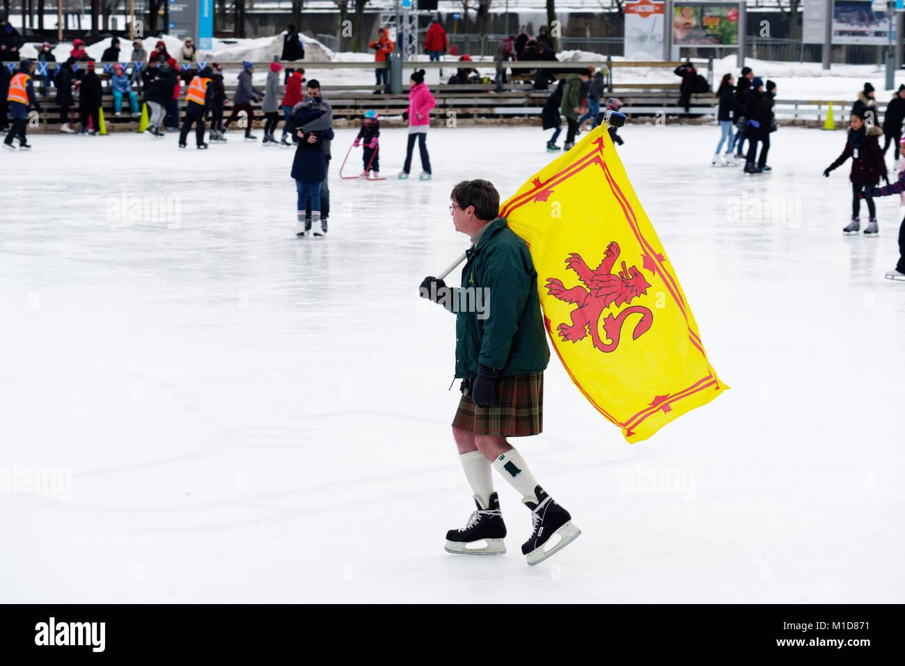 Ein Skater in Montreal Old Port Durchführung der Schottischen Royal Standard, ihrer schottischen Herkunft Feiern Stockbild