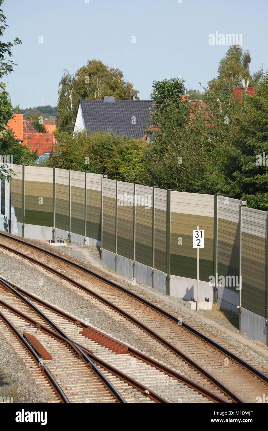 Eisenbahnschienen mit Lärmschutzwand, Varel, Niedersachsen, Deutschland, Europa ich Eisenbahnschienen mit Lärmschutzwall, Stockbild