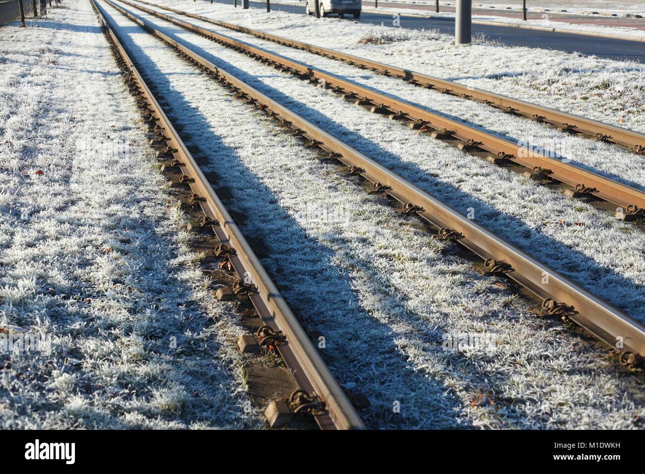 Mit Raureif überzogen Eisenbahnschienen, Eisenbahnschwellen, Bremen, Deutschland, Europa ich mit Raureif überzogene Stockbild