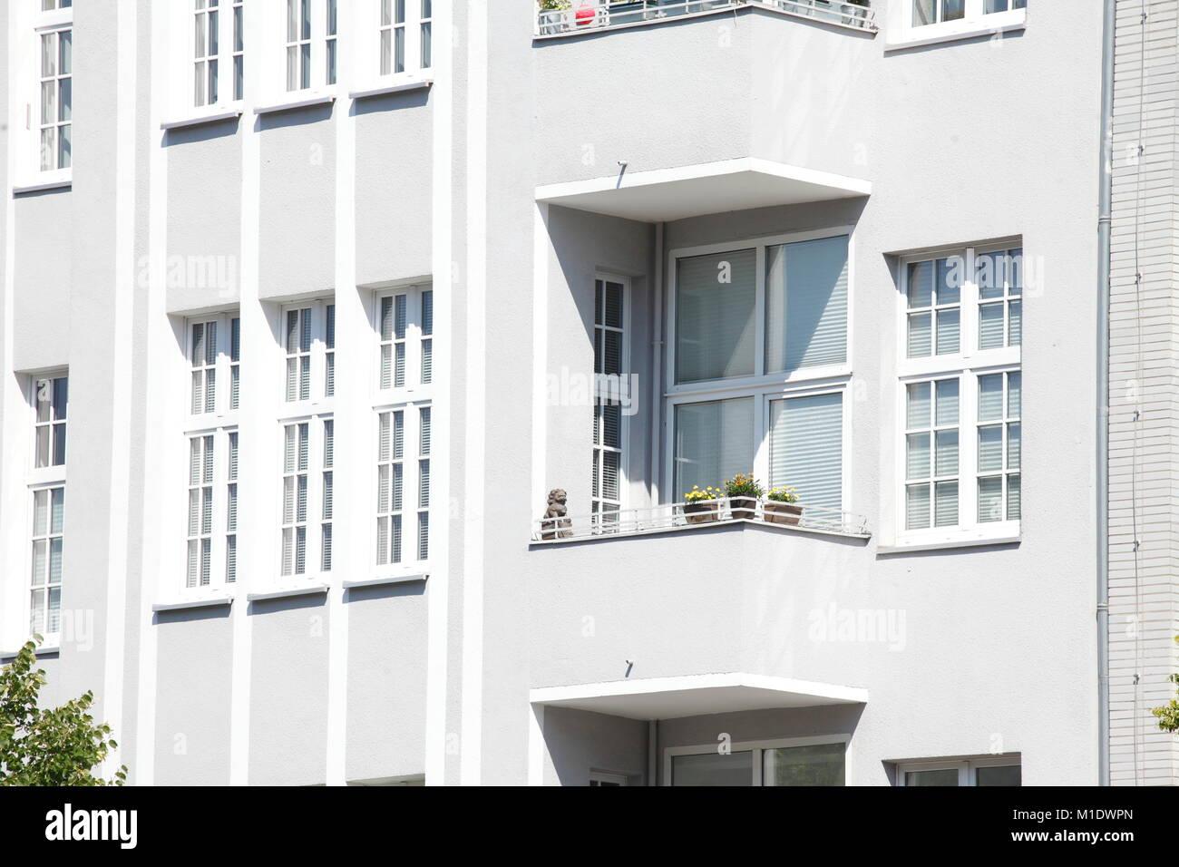 Wohngebäude, alten Gebäuden und Neubauten auf den Kaiserdamm Street, Häuserfassaden in Charlottenburg, Stockbild