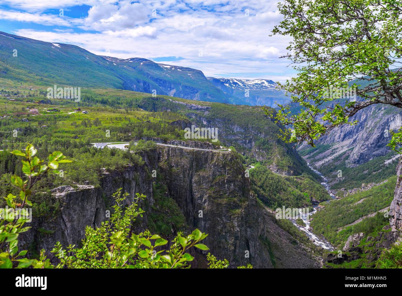 Wasserfalls Voringfossen und Panorama Blick über die Hochebene und Berge und Canyons des Mabodalen, Norwegen, Stockbild