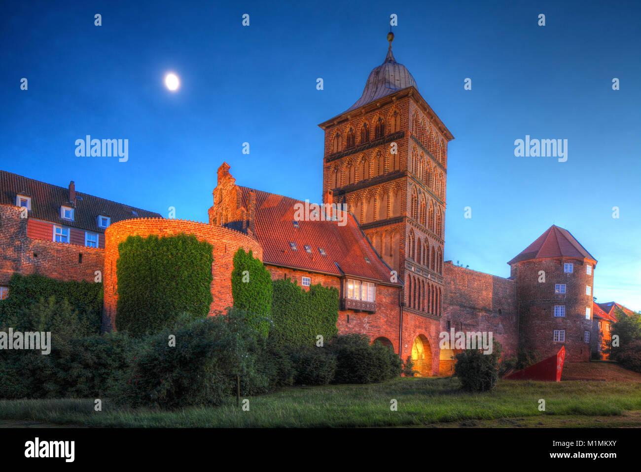 Alte Tor Burgtor in der Dämmerung, Lübeck, Schleswig-Holstein, Deutschland, Europa ich Burgtor, Luebeck, Stockbild