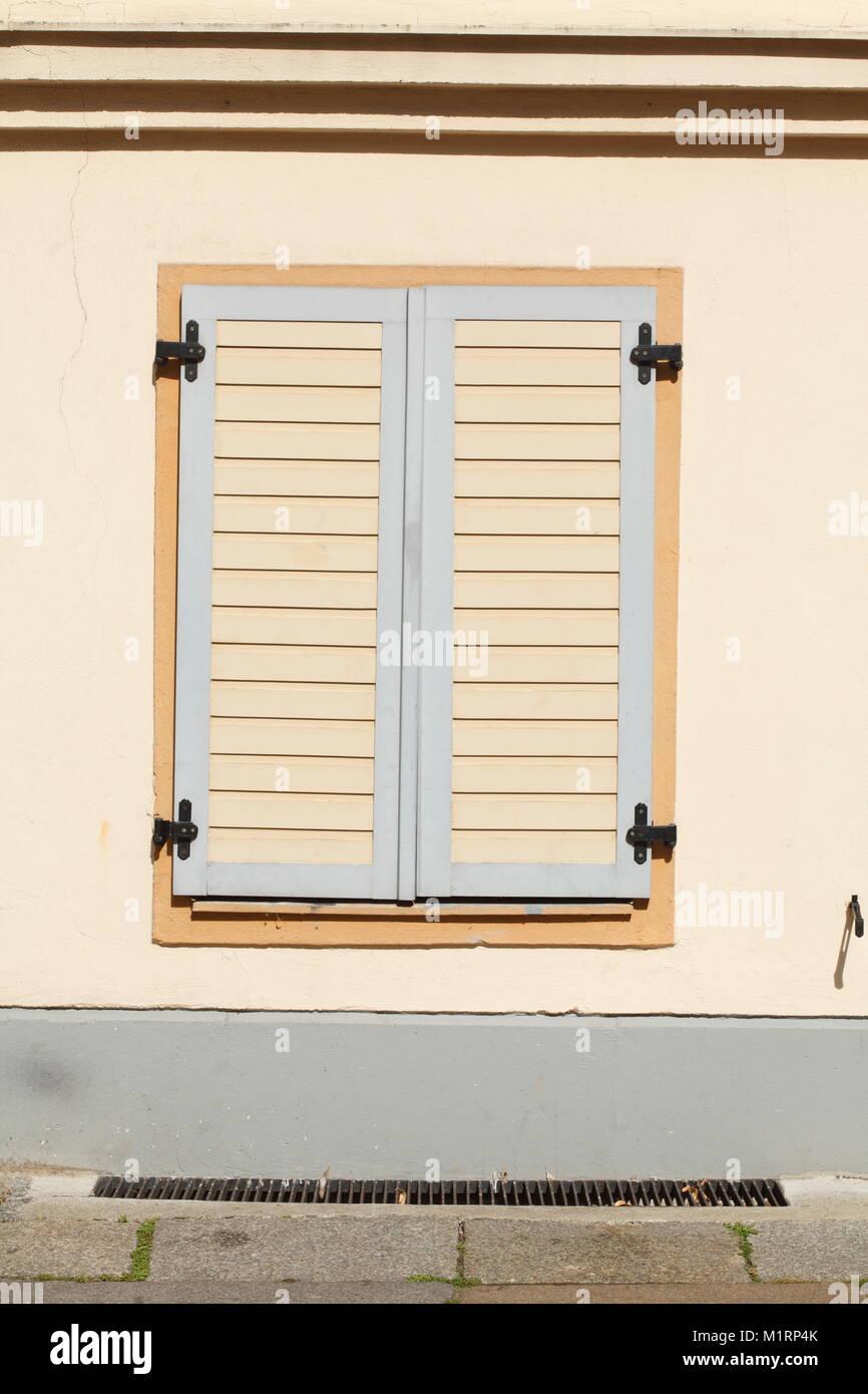 Geschlossen alte hölzerne Fensterläden, Waisenstraße Street, Klosterviertel, Berlin, Deutschland, Stockbild