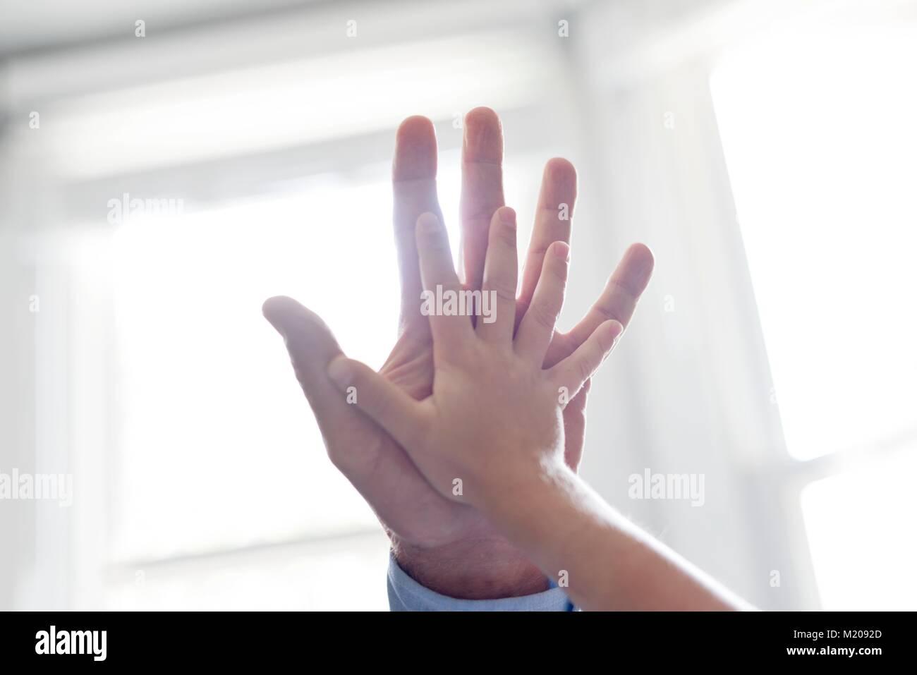 Kinder und Erwachsene Hände berühren. Stockbild