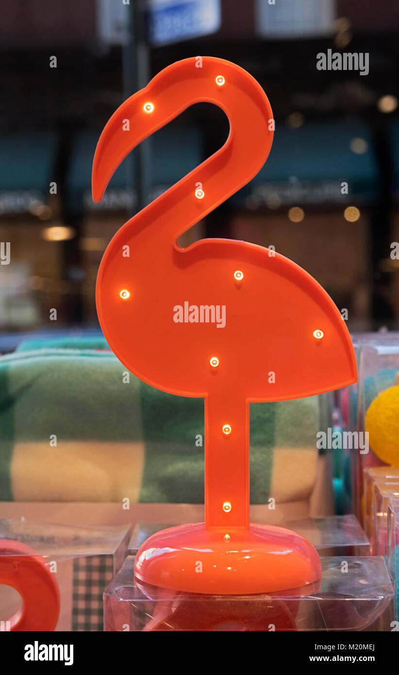 Ein Flamingo geformte Lampe für Verkauf an Flying Tiger Kopenhagen, ein dänischer Chain Store mit preiswerten Stockbild