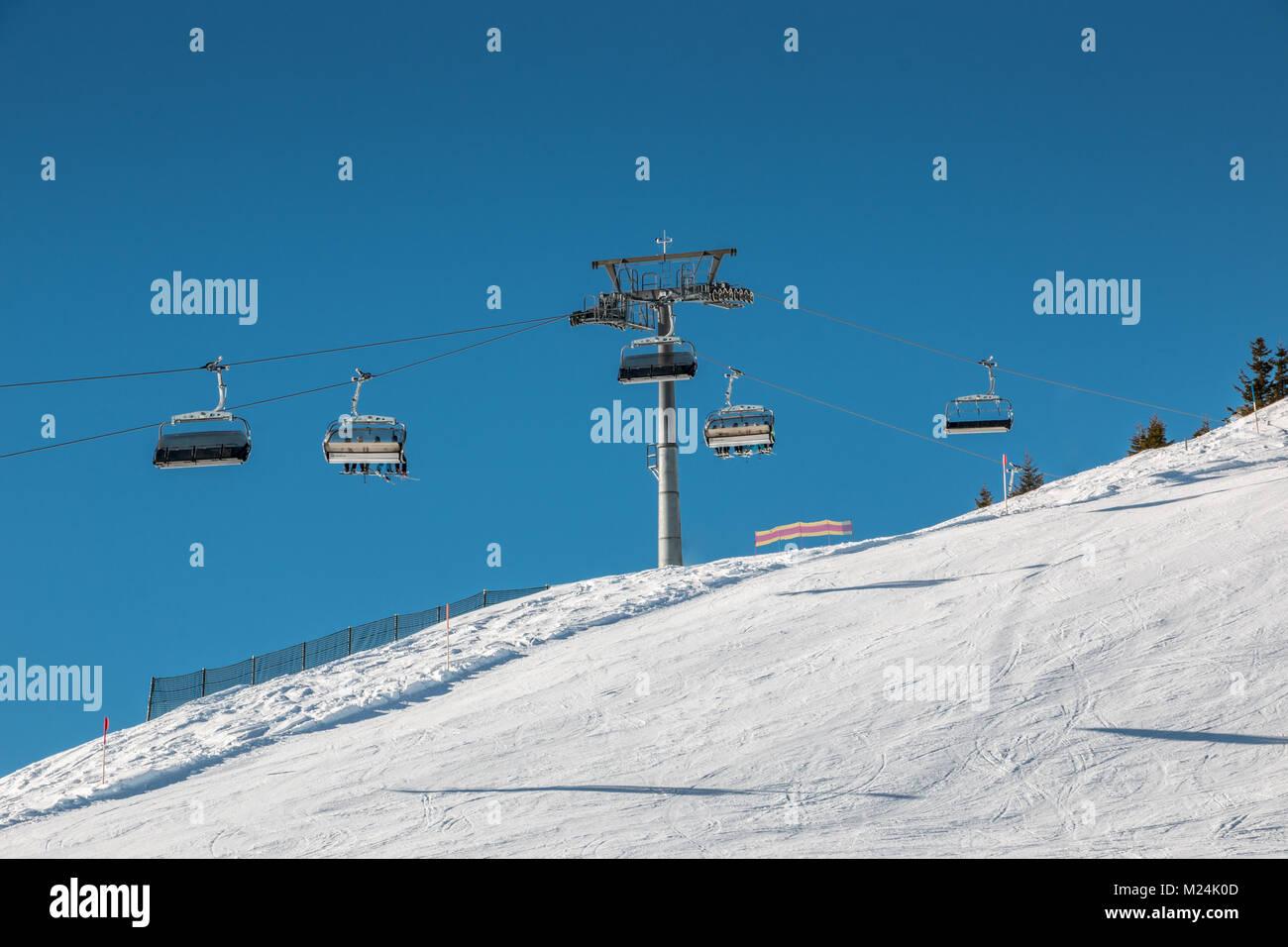 Skilift und Schnee in den Bergen Stockbild