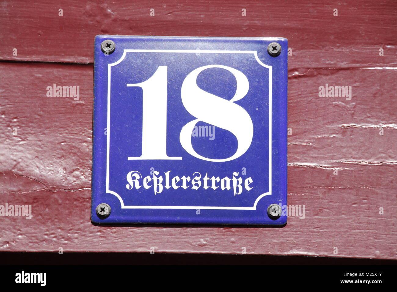 Haus platte Nummer eightteen in einem historischen Fachwerkhaus, Altstadt, Hildesheim, Niedersachsen, Deutschland, Stockbild