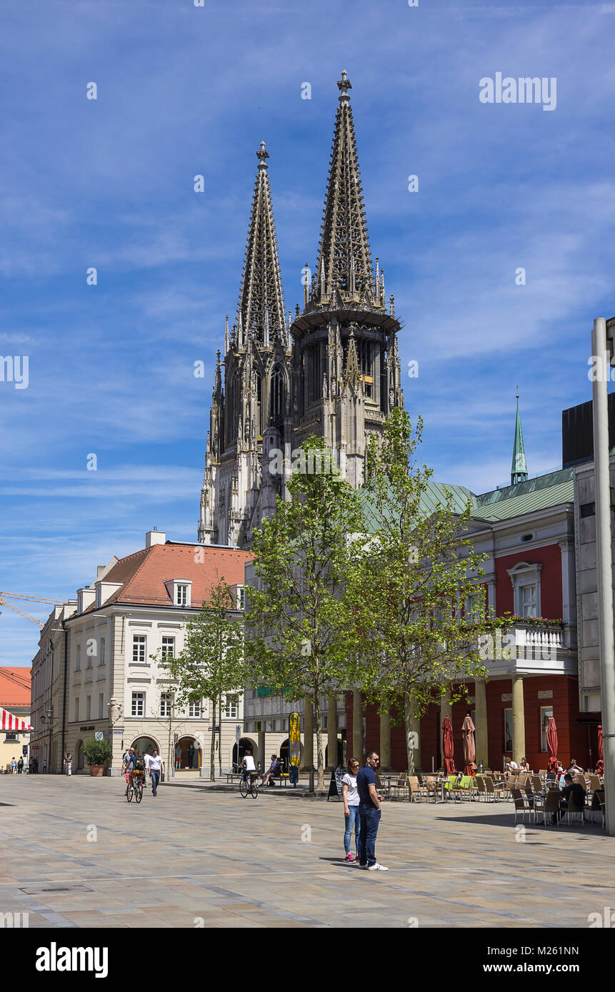 Street Scene am Neupfarrplatz Square mit Blick auf den Dom St. Peter in der Altstadt von Regensburg, Bayern, Deutschland. Stockbild