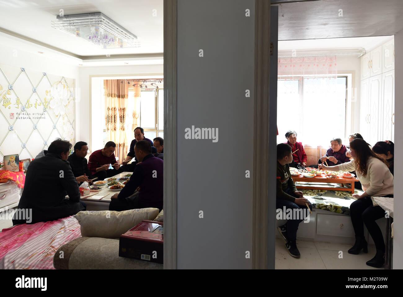 (180208)   GULANG, Februar 8, 2018 (Xinhua)   Verwandte Und Freunde  Versammeln Sich Neue Xu Cunu0027s Apartment In Einem Umzug Gemeinschaft In  Gulang Im ...