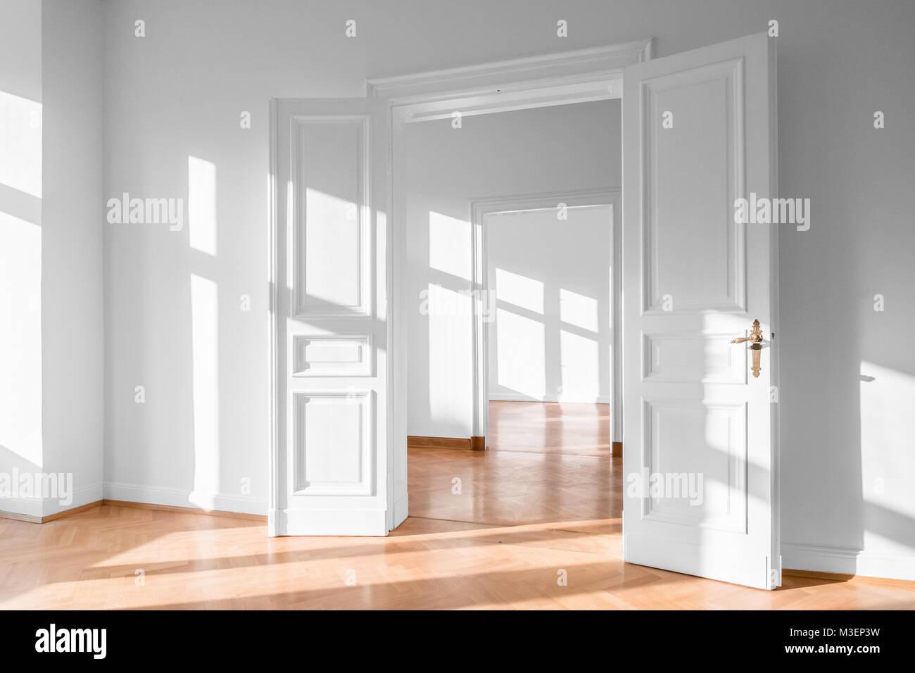 Schöne leere Flach, helle Wohnung - Immobilien innen Stockfoto, Bild ...