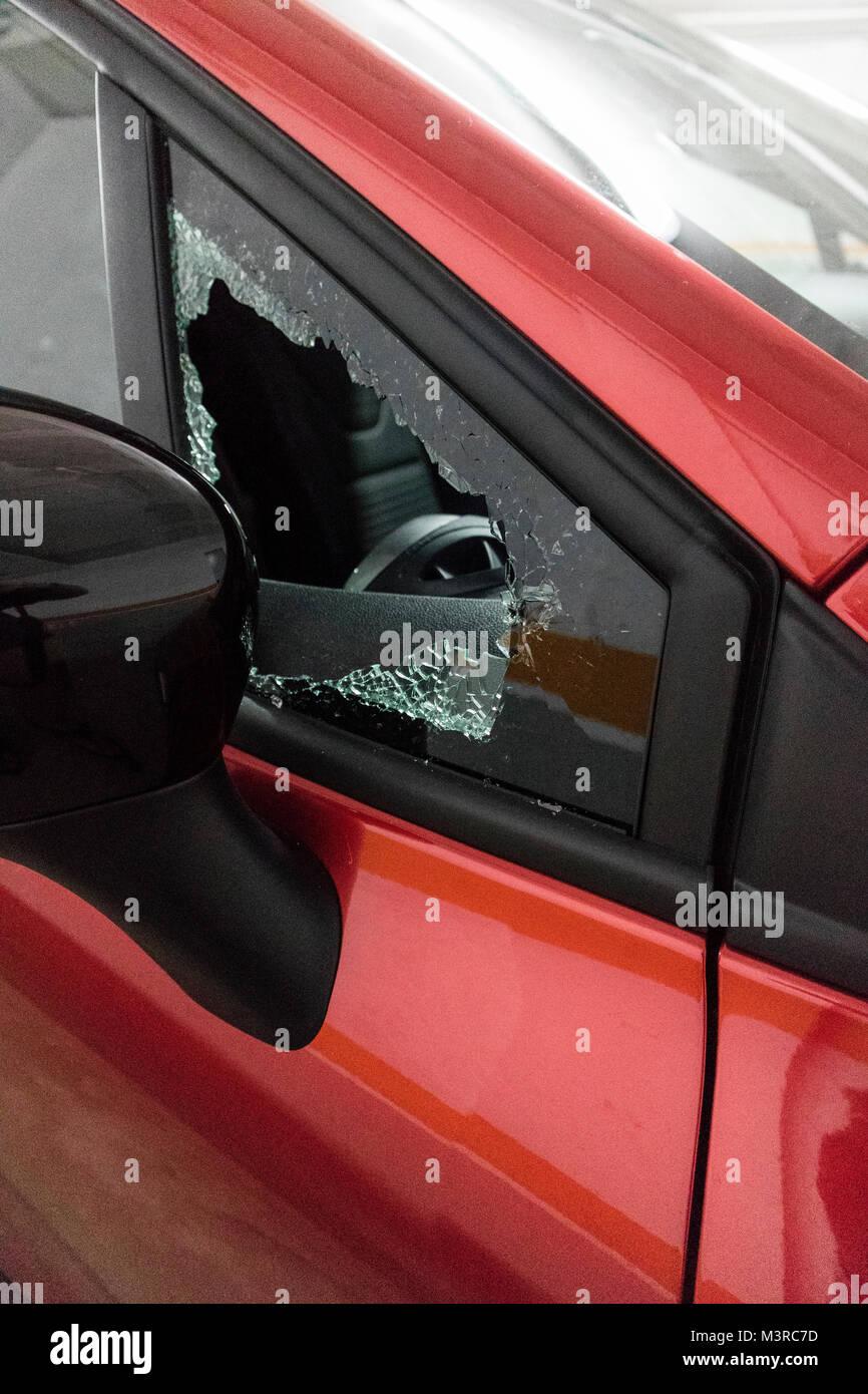 Aufgebrochenes Auto in Spanien, Costa Brava, mit eingeschlagenem Fenster Stockbild