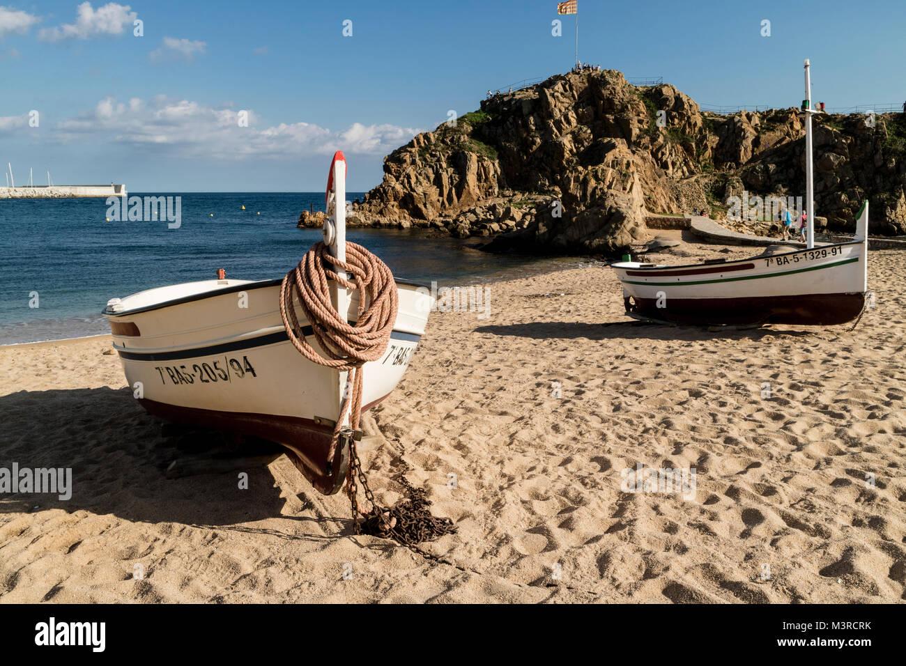 Blanes mit Booten am Strand, Blick auf die Felseninsel vor dem Strand, Fischerboote im Vordergrund Stockbild
